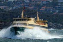 滔天巨浪几乎将悉尼渡轮掀翻